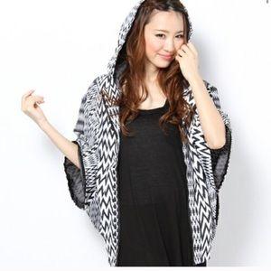 VOLCOM black and white poncho wind breaker jacket